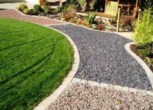 В саду также уместны простые и недорогие тропки из гравия.