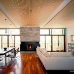 Дерево в отделке потолка Существует немало способов интеграции натурального материала (или его успешной имитации) для отделки потолка. Один из наиболее древних и популярных по сей день вариантов – потолочные балки. Сама поверхность потолка при этом может быть выполненной из дерева или представлять собой комбинацию из других материалов. В зависимости от выбранной стилистики оформления помещения, потолочные балки могут быть представлены как в природном варианте, так и окрашены (как правило, в белый цвет).  Потолочные балки могут быть представлены в различных геометрических формах – от простого, необтесанного бревна небольшого диаметра до правильного прямоугольного или квадратного в срезе бруска. Но важно понимать, что чем больше будет рельефность у такого покрытия, тем более высокими должны быть потолки в квартире или домовладении.  Потолочные перекрытия в виде окрашенных в белый цвет балок, отлично смотрятся в наполненных любовью к минимализму современных помещениях. Подобная стилистика всегда выбирается для просторных и светлых комнат с высокими потолками.  Деревянные потолочные панели создают оригинальное покрытие, от которого так и веет природной теплотой. Учитывая, что для потолочных покрытий не требуется сохранение высоких технологических свойств износостойкости и прочности, для облицовки потолка можно использовать эффектные имитации деревянной отделки. Такое покрытие не только огрехи поверхностей скроет, но и проводку спрячет.